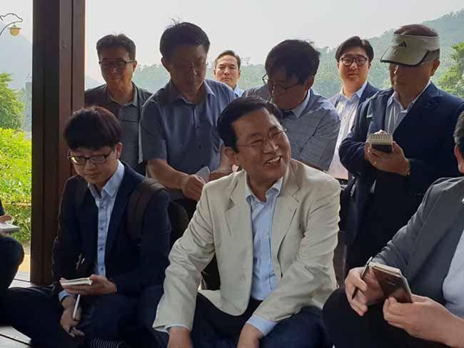 지난 18일 인천시 남동구 인천대공원에서 언론인들과 대화하고 있는 박남춘 인천시장 당선인(사진 맨 앞 가운데). /사진=지홍구 기자