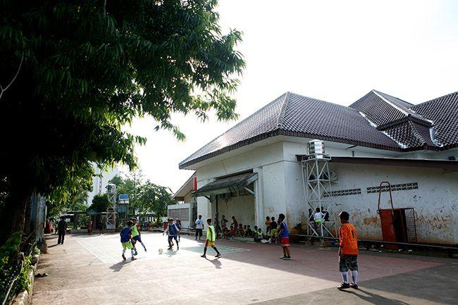 인도네시아 자카르타 시내의 공터에서 축구 삼매경에 빠진 어린 학생들.