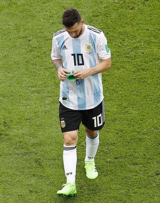 아르헨티나의 리오넬 메시가 지난달 30일(현지시간) 러시아 카잔의 카잔 아레나에서 열린 2018 러시아 월드컵 16강전 프랑스와의 경기에서 3-4로 패한 뒤 고개를 숙인 채 경기장을 떠나고 있다. 메시는 이날 도움 2개를 추가했지만 16강 진출에 실패해 러시아 무대와 작별하게 됐다. /사진=모스크바 AP