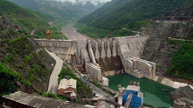 중국이 메콩강 상류에 건설한 다차오샨 댐 전경. 중국은 메콩 강 상류에 이미 6개의 댐을 건설했고 추가로 11개의 댐 건설을 계획하고 있다. 중국이 일대일로의 일환으로 추진하는 전력망 연계작업을 통해 동남아 등지에서 생산한 대규모 잉여전력을 소진시키고자 한다는 지적이 나온다.