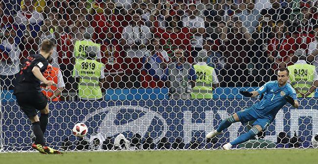 크로아티아의 이반 라키티치(왼쪽)가 7일(현지시간) 러시아 소치의 피시트 스타디움에서 열린 2018 러시아 월드컵 8강전 러시아와의 경기에서 준결승 진출을 결정짓는 마지막 승부차기 골을 성공시키고 있다. /사진=연합뉴스