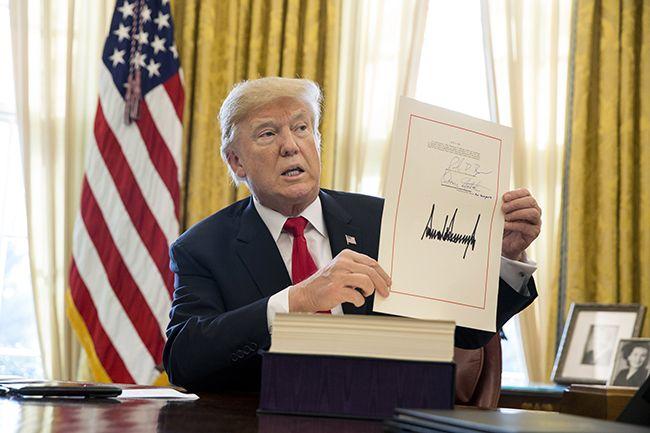 도널드 트럼프 미국 대통령이 지난 2017년 12월 22일(현지시간) 백악관 집무실에서 감세안에 서명한 후 문서를 들어보이고 있다. /사진=EPA