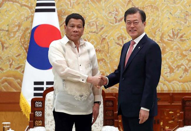 """두테르테 필리핀 대통령은 지난 6월 방한기간 중 이마트를 들러서 """"바나나를 많이 사달라""""고 얘기했습니다. 그의 고향이자 정치적 근거지인 다바오는 대표적인 필리핀의 바나나 산지입니다."""