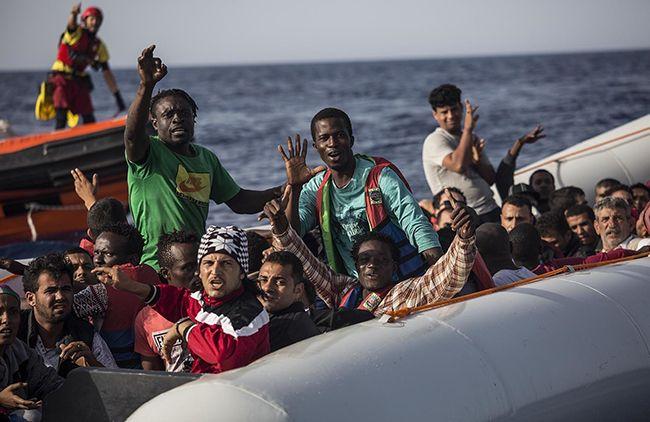 리비아 인근 지중해에서 고무보트를 타고 표류하던 난민들이 스페인 구호단체 프로악티바 오픈 암스 대원들에게 도와달라며 흔들고 있다. /사진=AP연합뉴스