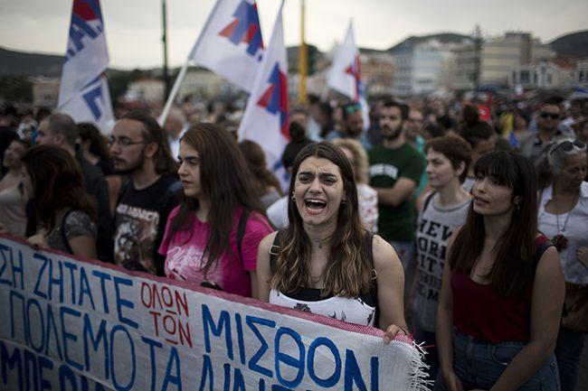 """허용 한계를 넘는 난민 유입으로 몸살을 앓고 있는 그리스 레스보스 섬 주민들이 3일(현지시간) 유럽연합(EU)과 그리스 정부의 난민정책에 항의하는 시위를 벌이고 있다. 시위대는 """"EU의 난민정책으로 에게 해 주요 섬들의 난민 수용이 한계에 부딪혔다""""며 분노를 표출했다. /사진=AP연합뉴스"""