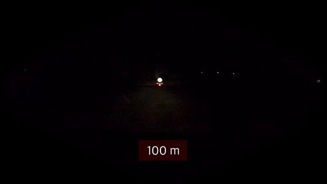 야간에 사고지점으로부터 100미터 떨어져 있을 때 바라본 모습. 제일 아래 삼각형 불빛이 안전삼각대, 중간에 빨간 두 점이 브레이크등, 제일 위 우산모양이 풀리이다.