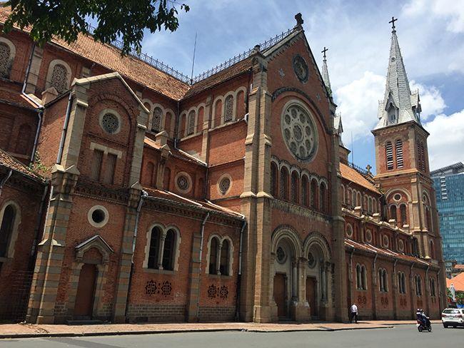 프랑스 식민 지배 시절인 19세기 말 건축된 명소인 베트남 호치민시 중심부의 노트르담 대성당.