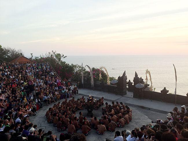 인도네시아 발리섬 남단의 울루와뚜 절벽을 배경으로 펼쳐지는 전통 공연을 관람하는 여행객들.