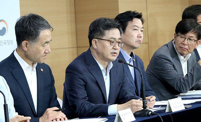 김동연 경제부총리 겸 기획재정부 장관(왼쪽 두번째)이 지난 18일 서울 종로구 세종로 정부서울청사에서