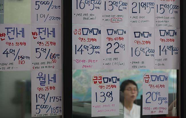 지난 4월 이후 내리막세였던 서울 강남 아파트 가격이 15주 만에 상승세로 돌아섰다. 송파구 잠실동의 한 아파트 단지 앞 중개업소에 매물 가격이 붙어 있다.  /사진=이충우 기자