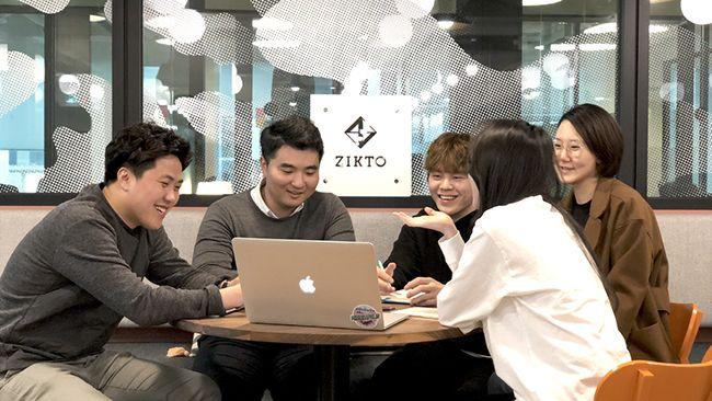 직토 직원들이 사무실에서 인슈어리움 프로토콜 구현에 대한 회의를 진행하고 있다. /사진=직토