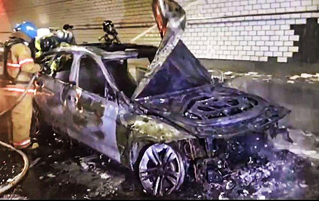 30일 낮 12시께 수도권 제2외곽순환고속도로 인천~김포 구간 내 북항터널에서 주행 중이던 2013년식 BMW GT 차량에 불이 붙었다. 사진은 소방대원들이 잔불 정리 작업을 하고 있는 모습.  /사진=인천 서부소방서