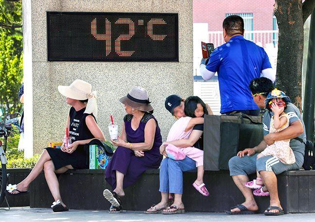 서울 공식 최고기온이 기상 관측 111년 역사상 최고인 39.6도를 기록한 1일 오후 서울 성동구의 한 공원에서 시민들이 온도계 아래에서 쉬고 있다. /사진=한주형 기자