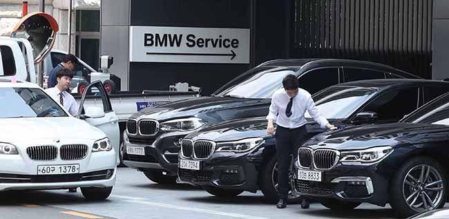 잇따른 주행 중 화재로 BMW 차량에 대한 리콜이 결정된 가운데 3일 서울 광진구의 BMW 서비스센터가 차량과 사람들로 붐비고 있다. /