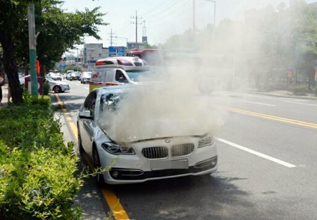 지난 4일 전남 목포에서 최근 안전진단을 받은 BMW 520d 차량에 불이 나면서 연기가 뿜어져 나오고 있다.<사진=연합뉴스>