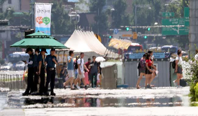 서울 도심 광화문 세종대왕상 앞 도로에 뜨거운 지열로 아지랑이가 피어오르고 있다. /사진=매경DB