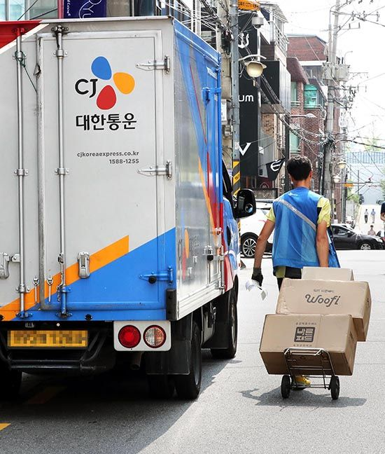 6일 오후 서울 강남구의 한 주택가에서 택배기사가 택배물을 배송하고 있다. 정부는 택배기사와 같은 특수고용직에 대해 고용보험 가입을 의무화하기로 했다. /사진=한주형 기자