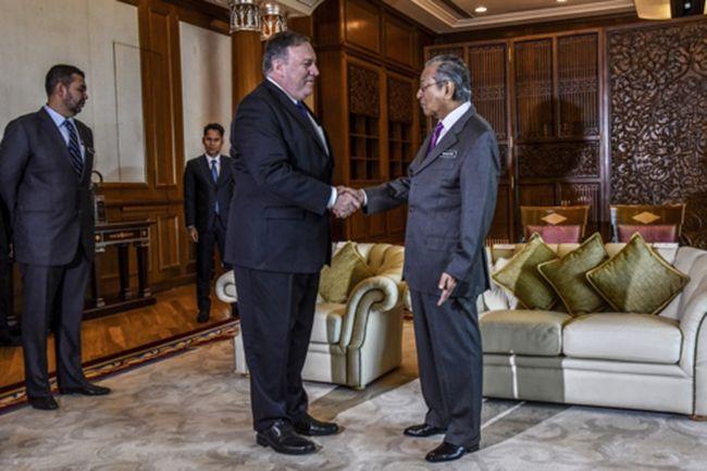 마이크 폼페이오 미 국무장관(왼쪽)이 지난 3일 말레이시아 푸트라자야에서 마하티르 모하마드 말레이시아 총리와 만나 악수하고 있다. 마하티르 총리는 93세인데도 허리가 전혀 구부정하지 않다. /사진=EPA 연합