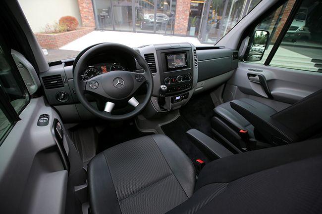 유로스타 운전석. 높은 가격 대비 투박한 디자인은 아쉽다. 뒷좌석의 고급스러움과도 대비되는 부분.