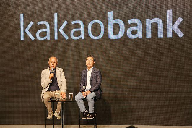 1주년 기자간담회 자리서 IPO 계획을 밝히는 이용우(왼쪽), 윤호영 카카오뱅크 공동대표의 모습 /사진제공=카카오뱅크