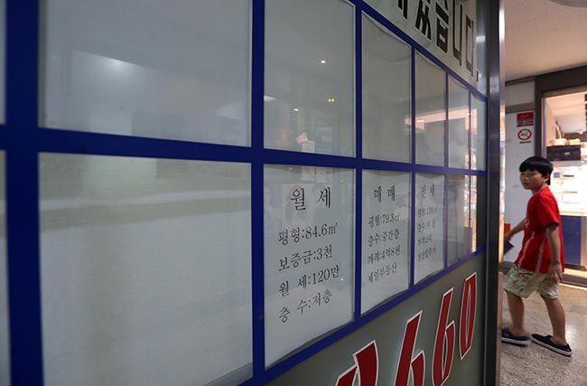 정부의 전방위적 규제로 서울 부동산 시장에 매물이 사라졌다. 용산구 한 공인중개업소 매물 게시판이 텅 비어있다. /사진=한주형 기자