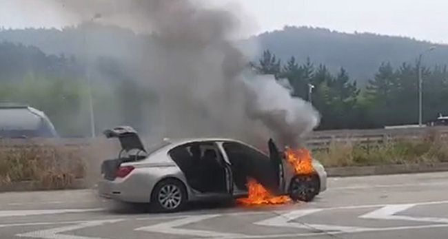 9일 오전 7시 50분께 경남 사천시 남해고속도로에서 A(44)씨가 몰던 BMW 730Ld에서 불이 났다. 불은 차체 전부를 태우고 수 분 만에 꺼졌다. /사진=경남소방본부