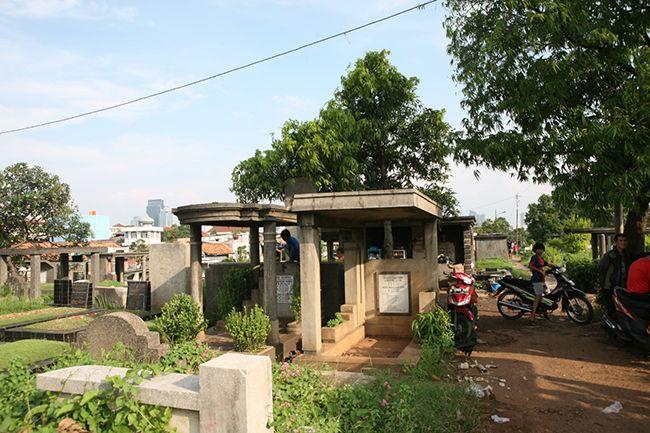 인도네시아 자카르타 시내에 위치한 쁘땀부란(Petamburan) 공동묘지 내부