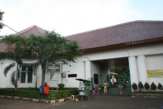 인도네시아 자카르타 시내에 위치한 쁘땀부란(Petamburan) 공동묘지 외부