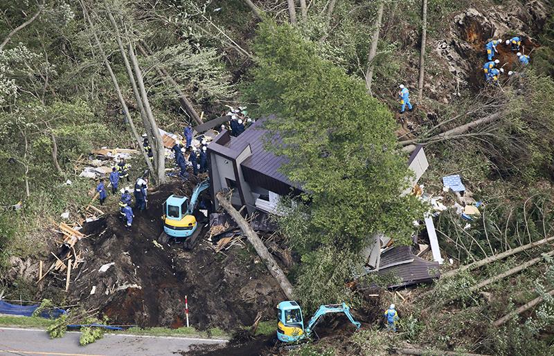 6일 오전 일본 홋카이도 아쓰마 마을 산사태 피해지역에서 경찰들이 구조작업을 벌이고 있다.이날 새벽 발생한 규모 6.7의 강진으로 1명이 사망하고 32명이 실종됐으며 100명 이상이 다친 것으로 집계됐다. /사진=연합뉴스