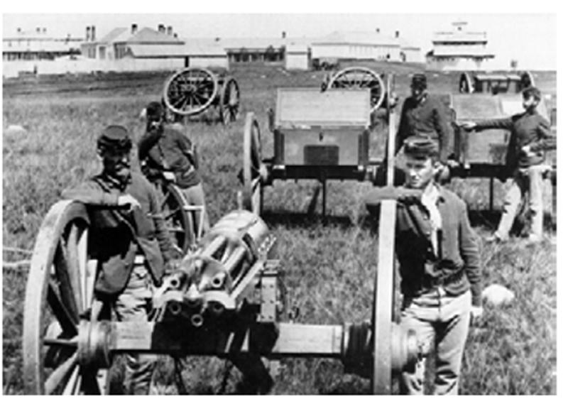 1876년 미 제12보병연대 장병의 모습. 가장 왼쪽의 부사관은 남북전쟁기의 색 코트를 입고 있으며 그 뒤의 병사는 프록 코트를 입고 있다. 오른쪽의 세 병사가 입은 것은