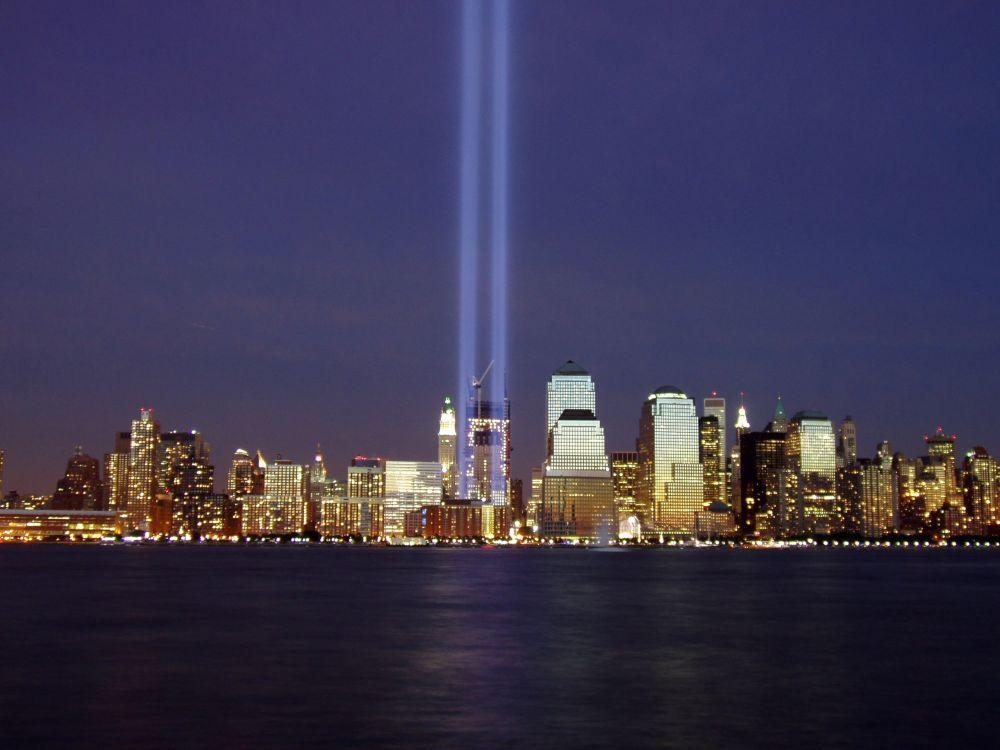 9·11 테러가 일어난 세계무역센터 인근에 희생자들을 추모하기 위해 설치된 서치라이트