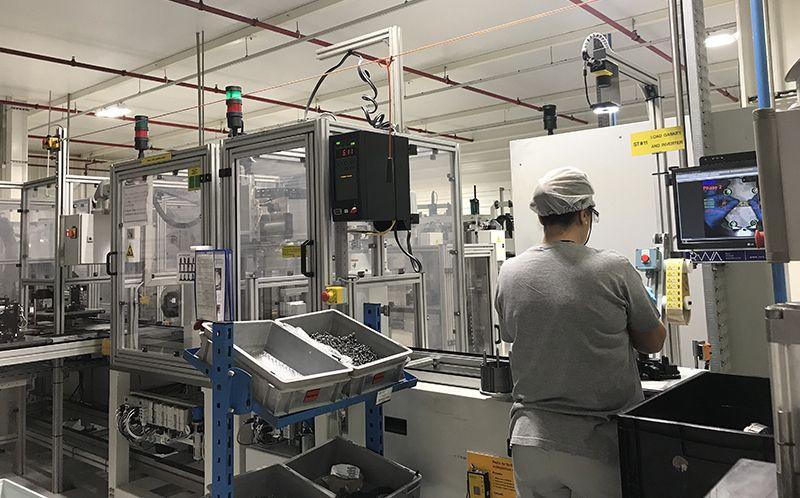 포르투갈 수도 리스본에서 25km 떨어진 한온시스템의 파멜라 공장에서 작업자가 완성차 업체에 납품할 컴프레서를 조립하고 있다. /사진=한온시스템