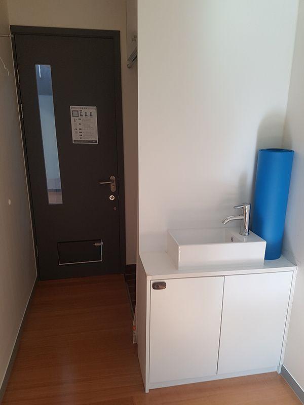 독방 안에서 문쪽을 바라봤다. 문 밑 쪽에 마련돼 있는 배식구가 이 곳이