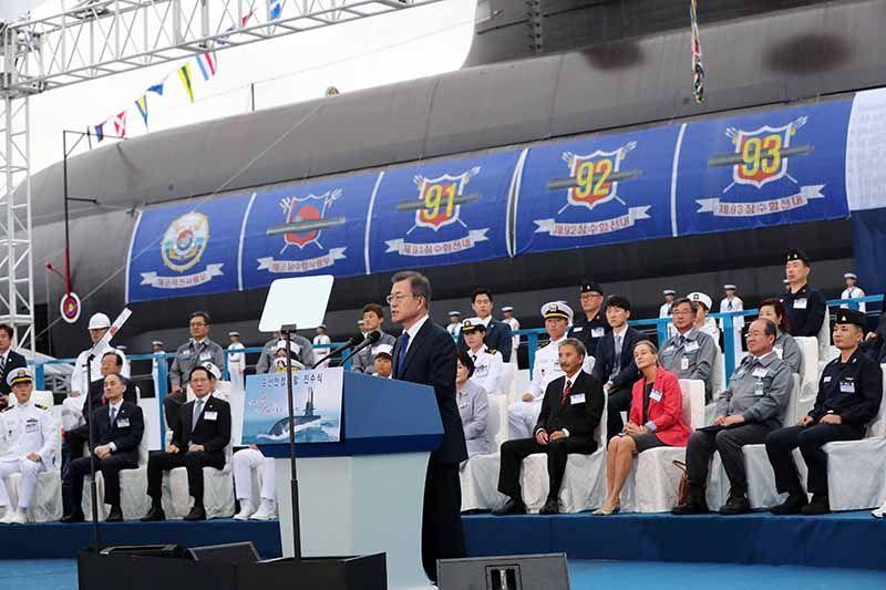 문재인 대통령이 14일 경남 거제시 대우조선해양에서 열린 우리나라 최초의 3000t급 잠수함인 도산안창호함 진수식에 참석해 축사를 하고 있다. /사진=김재훈 기자