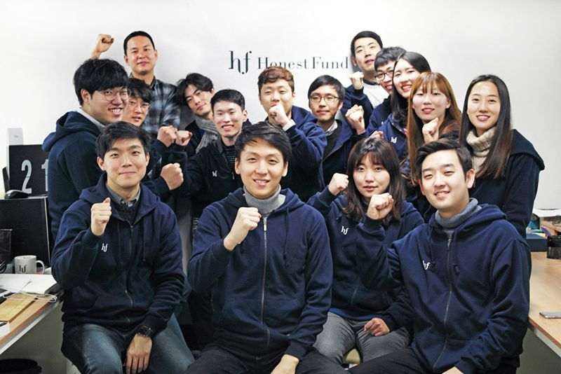 서상훈 대표(앞줄 왼쪽 두번째)를 중심으로 어니스트펀드의 주요 임직원들이 파이팅을 외치고 있다. /자료제공=어니스트펀드
