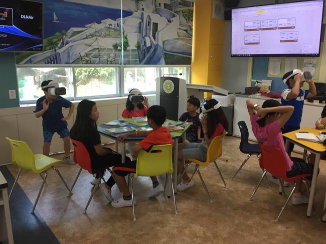광주광역시 한 초등학교에서 학생들이 수업시간에 안경처럼 착용하는 HMD(Head Mounted Display)를 사용해 공부하고 있다.<사진 제공=시공미디어>