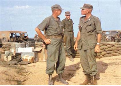 1963년 베트남 군사고문관으로 현지에 파견된 미군의 모습. 좌측 인물은 구형 M1951을 쓰고 있다. 우측 인물은 테두리심을 뺀 '산마루모'를 쓴 것으로 추정된다. /출처=https://olive-drab.com/od_soldiers_clothing_m1951_cap_field.php