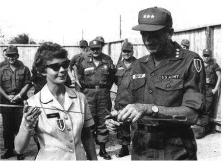 전투모를 쓴 베트남원조사령부 부사령관 진 엥글러 장군의 모습. 1967년 /출처=미 육군군사연구소