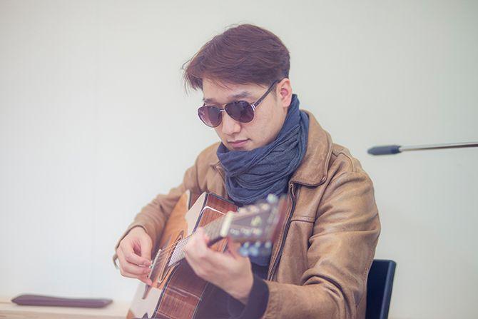 재주소년 박경환이 기타를 연주하며 노래를 들려주고 있다./사진=김종식