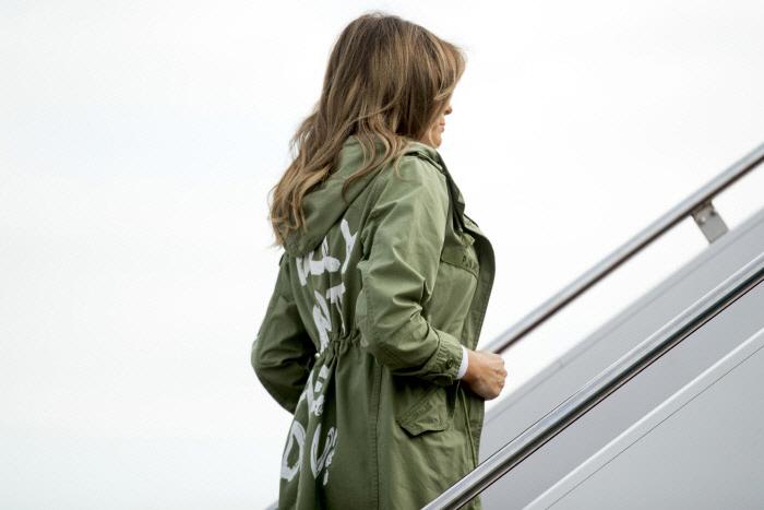 """멜라니아 트럼프 여사가 밀입국 아동 보호소 방문길에 """"난 상관 안해""""라는 문구가 쓰인 재킷을 입어 빈축을 샀다. /사진=AP연합뉴스"""