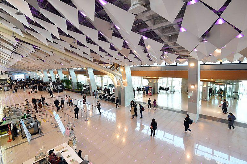 김포공항 국내선 여객터미널이 10년에 걸친 리모델링 사업을 마치고 17일 새롭게 문을 열었다. 한옥 지붕의