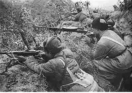 1952년 철원 일대에서 전투하던 중공군의 모습. /출처=http://hk.crntt.com/crn-webapp/touch/detail.jsp?coluid=7&kindid=0&docid=104188341