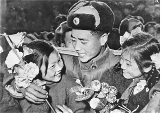 1958년 중국으로 귀국해 환영받고 있는 중국군. 털모자의 형태가 잘 구분된다. /출처=http://hk.crntt.com/crn-webapp/touch/detail.jsp?coluid=7&kindid=0&docid=104188341