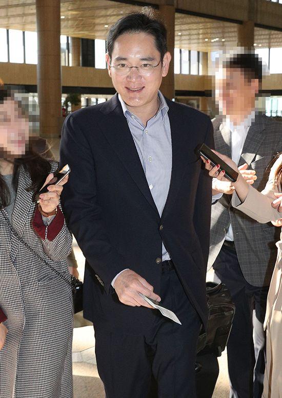 30일 오전 이재용 삼성그룹 부회장이 베트남현지법인 시찰차 김포국제공항 통해 출국하고 있다. /사진=이승환 기자