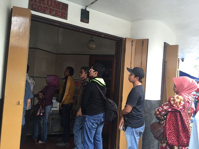 90년 역사를 자랑하는 반둥 중심부의 커피 로스팅숍에 줄을 선 손님들