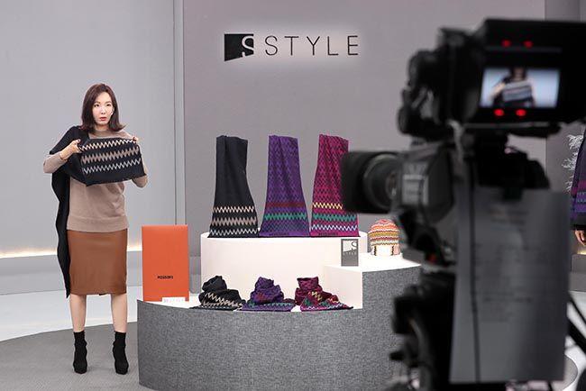 서울 성수동에 위치한 신세계TV쇼핑 스튜디오에서 정혜선 쇼호스트가 상품판매 방송을 촬영하고 있다. /사진=한주형 기자