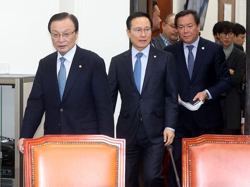 이해찬 더불어민주당 대표(맨 왼쪽)가 7일 오전 국회에서 최고위원회의를 주재하기 위해 홍영표 원내대표(왼쪽 둘째)와 함께 회의장으로 들어서고 있다. /사진=이승환 기자