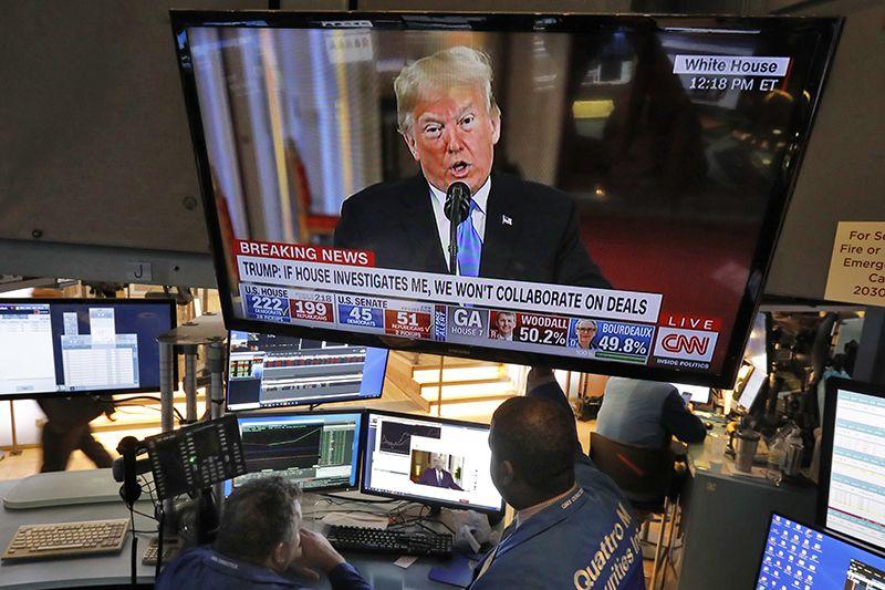 7일(현지시간) 미국 뉴욕증권거래소(NYSE) 입회장 대형 스크린에 도널드 트럼프 미국 대통령이 선거 결과와 관련해 기자회견을 하는 모습이 비치고 있다. 이날 뉴욕 증시는 공화당과 민주당이 상하원을 나눠가진 비교적