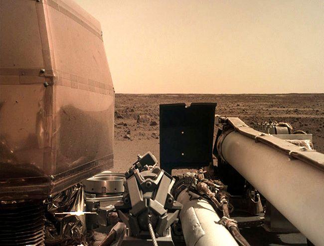 27일 오전(한국시간) 화성 적도 인근 엘리시움 평원에 안착한 화성 탐사선