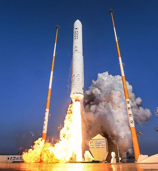 28일 오후 4시 전남 고흥군 봉래면 나로우주센터 발사대에서 한국형 발사체 누리호 75t 엔진 시험 발사체가 흰 연기를 뿜으며 하늘로 치솟고 있다. 시험 발사체는 길이 25.8m, 최대 지름 2.6m, 무게 52.1t이다. 누리호 엔진 시험 발사체 발사에 성공함에 따라 한국은 우주로켓 기술 확보를 위한 중요한 발걸음을 내딛게 됐다. 시험 발사체는 2021년 발사되는 누리호 1단 로켓에 쓰이는 75t 엔진 성능을 검증하기 위해 제작됐다. /사진 제공=한국항공우주연구원